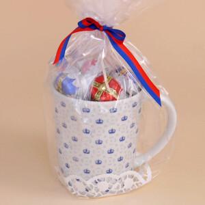 Tasse Porzellan: Kronenmuster Blau Gefüllt mit Fürstenhütchen
