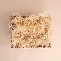 Geschenkschachtel mittel mit Holzwolle gefüllt